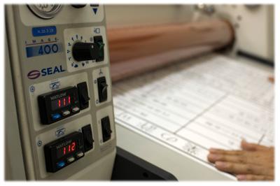 【ラミネート作業工程】熱をかけたローラーで圧着していきます